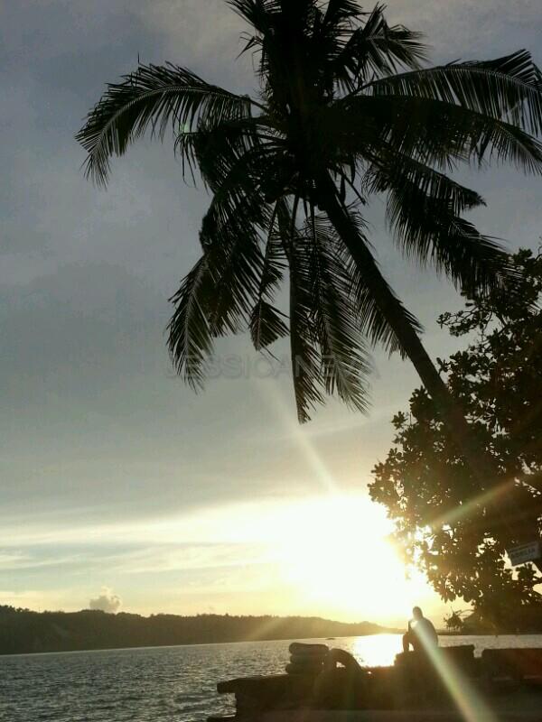 menikmati matahari terbenam di Pantai Natsepa