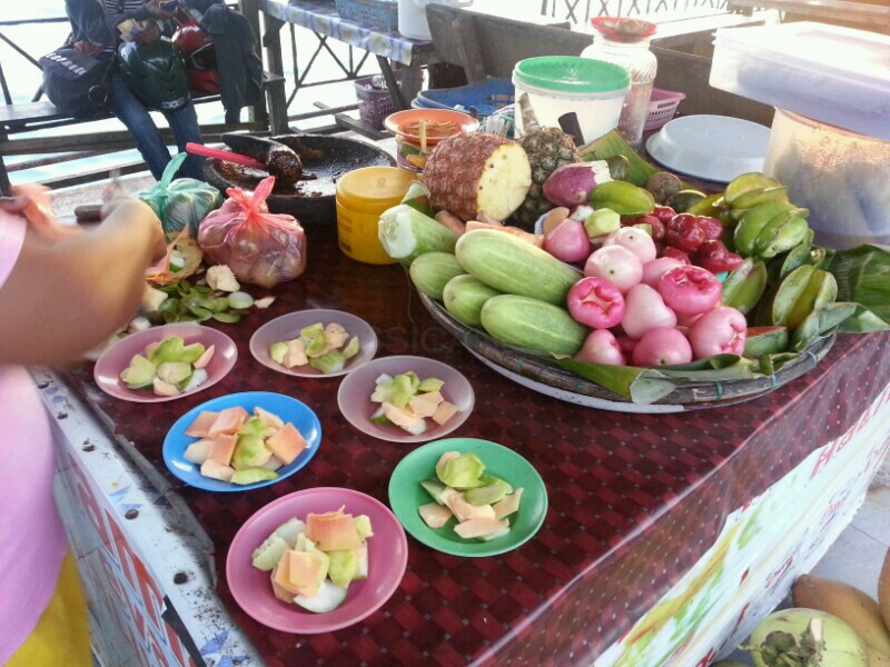 Makan Rujak di Pantai Natsepa