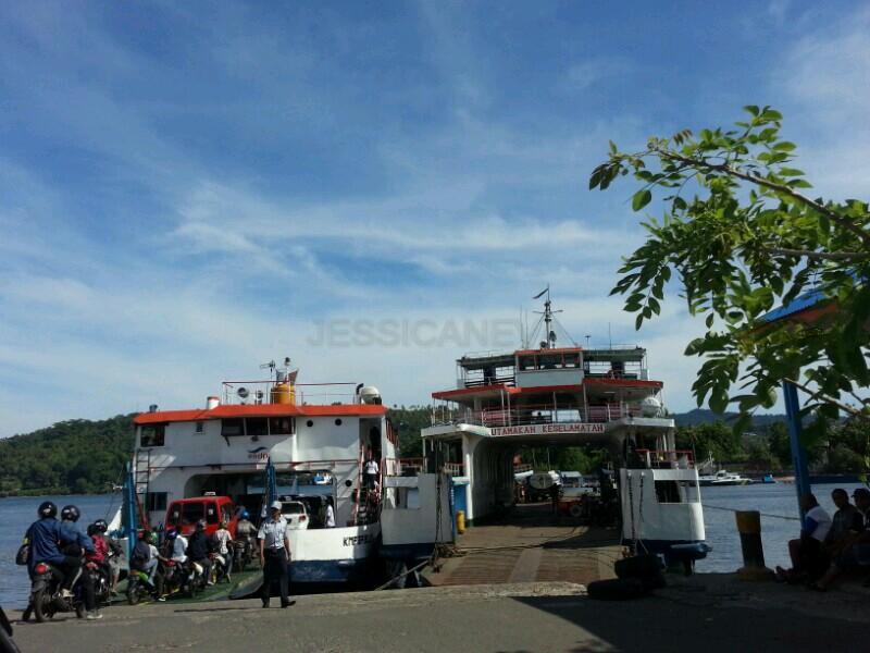 Feri untuk menyebrangi Teluk Ambon