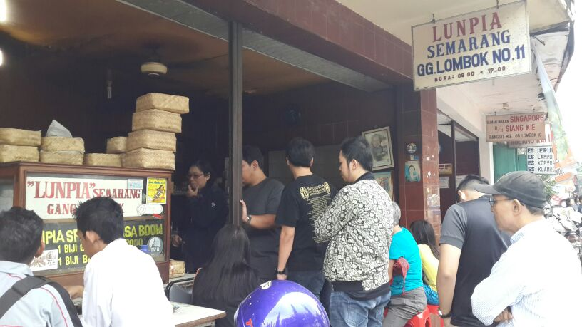 the super famous Lumpia Gang Lombok (Gang [aisle] Lombok's Springroll)